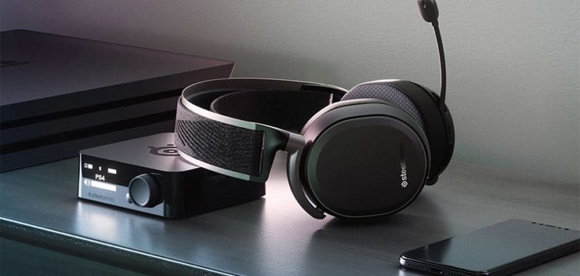 Le casque SteelSeries Arctis Pro Wireless posé sur un bureau