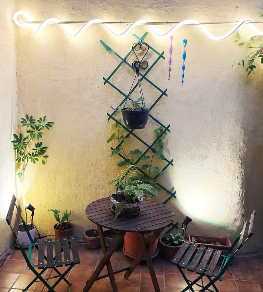 Les lumières d'extérieur innr installées dans une cours