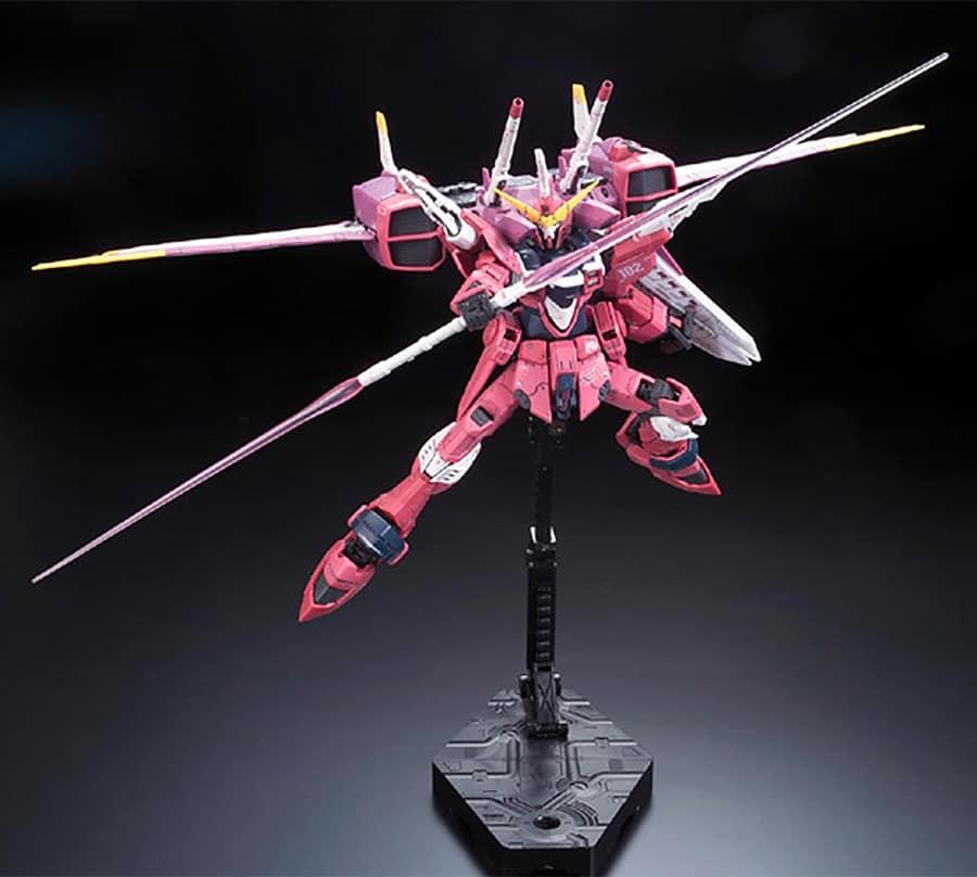 Le RG Justice Gundam sur un socle vendu chez Rise of Gunpla