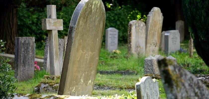 Code QR sur pierre tombale
