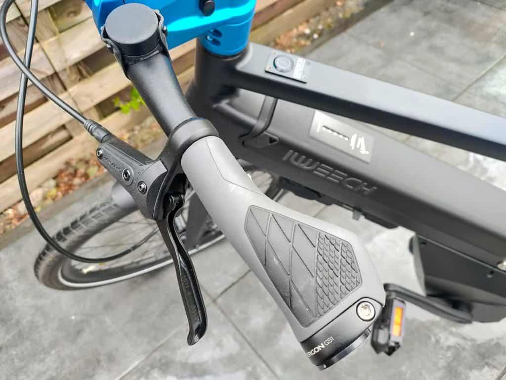Une des poignées du vélo iweech